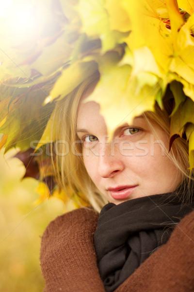 Nő ősz koszorú kint néz kamera Stock fotó © leedsn