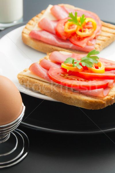 Reggeli friss disznóhús szendvicsek sajt paradicsom Stock fotó © Leftleg