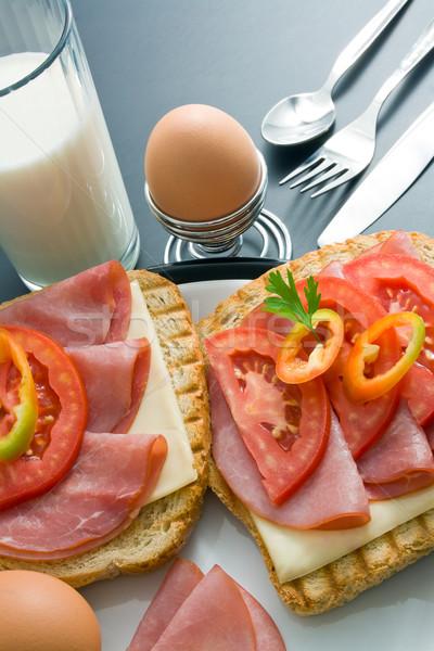Reggeli disznóhús sonka szendvicsek sajt paradicsom Stock fotó © Leftleg