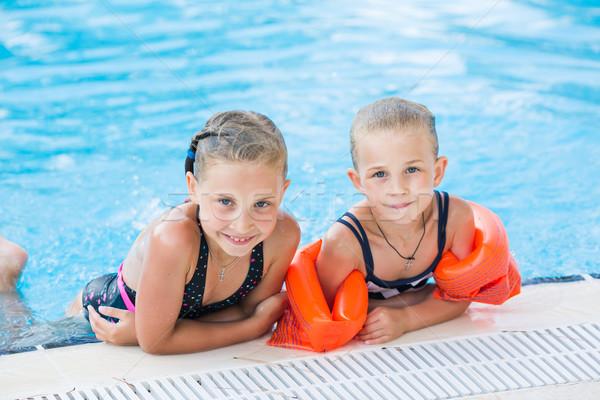 Foto stock: Dois · bonitinho · meninas · piscina · posando · bebê