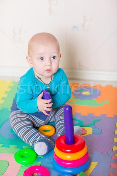 Cute weinig baby spelen kleurrijk speelgoed Stockfoto © Len44ik