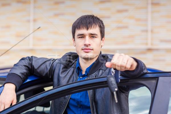 Knap jonge man vergadering auto Stockfoto © Len44ik