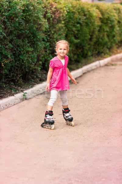 Meisje schaatsen park schaatsen eerste poging Stockfoto © Len44ik