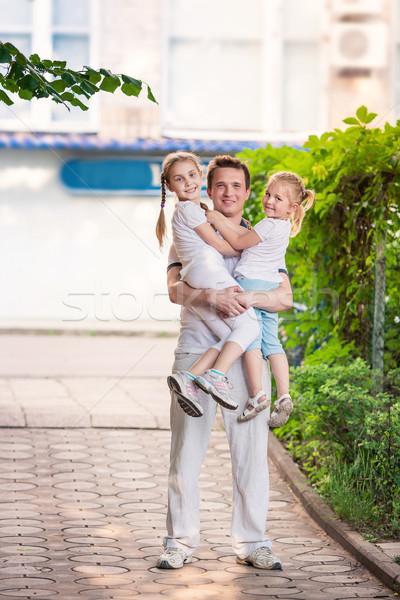Glücklich jungen Vater halten Kinder Freien Stock foto © Len44ik