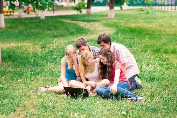 Grup mutlu gülen Öğrenciler dışında Stok fotoğraf © Len44ik
