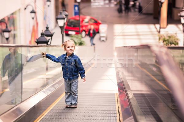 Foto d'archivio: Cute · piccolo · bambino · shopping · centro · piedi