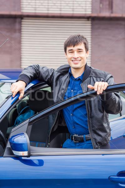 Knap jonge man permanente auto sport Stockfoto © Len44ik