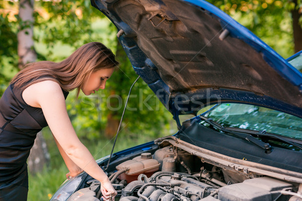 Mooie zakenvrouw kapotte auto auto glimlach gelukkig Stockfoto © Len44ik