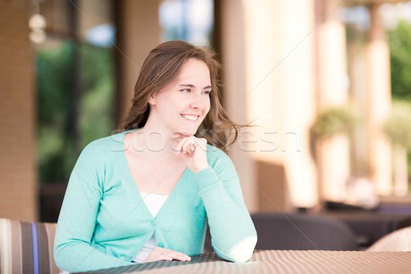 Schönen lächelnde Frau Sitzung Kaffeehaus Frau Mädchen Stock foto © Len44ik