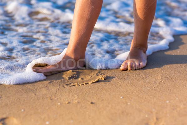 Enfant marche pieds nus eau femme coucher du soleil Photo stock © Len44ik