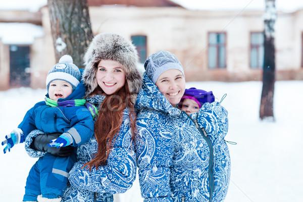 Szczęśliwy matki gry śniegu zimą parku Zdjęcia stock © Len44ik