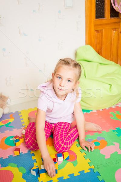 Glücklich kleines Mädchen spielen Blöcke Zimmer Mädchen Stock foto © Len44ik
