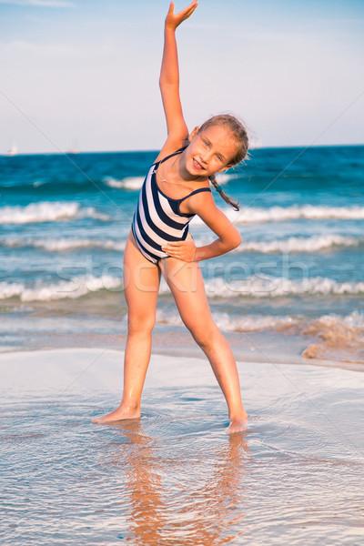 Güzel küçük kız plaj açık mutlu gün batımı Stok fotoğraf © Len44ik