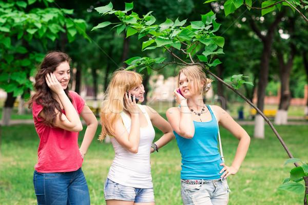 Groep gelukkig glimlachend studenten outdoor Stockfoto © Len44ik