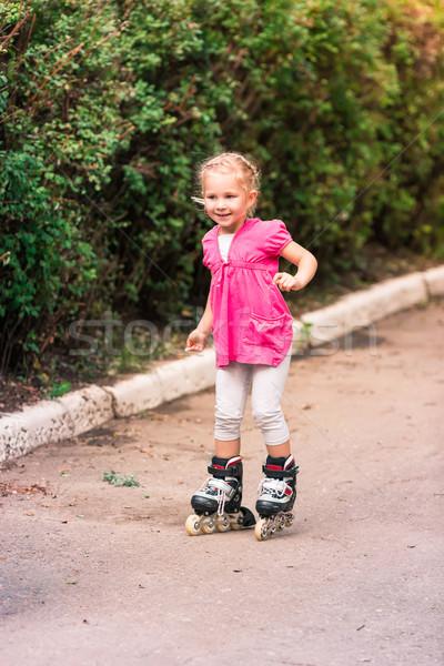Kleines Mädchen Schlittschuhe Park Skating erste Versuch Stock foto © Len44ik