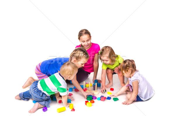 Boldog gyerekek játszanak tömbházak izolált fehér csapatmunka Stock fotó © Len44ik