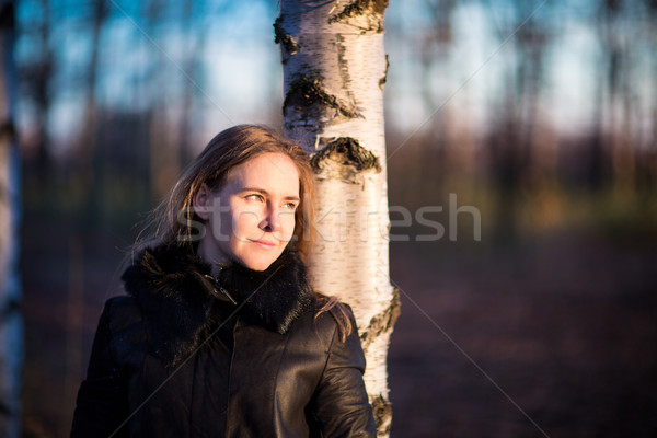 Mujer hermosa caminando aire libre otono parque mujer Foto stock © Len44ik