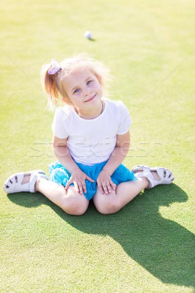 Cute dziewczynka gry golf dziedzinie zewnątrz Zdjęcia stock © Len44ik