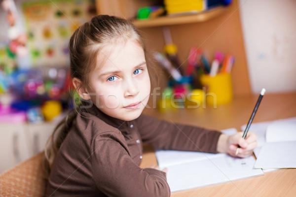 Bonitinho little girl escrita lição de casa tabela menina Foto stock © Len44ik