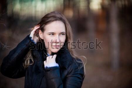 Mooie vrouw lopen outdoor najaar park vrouw Stockfoto © Len44ik