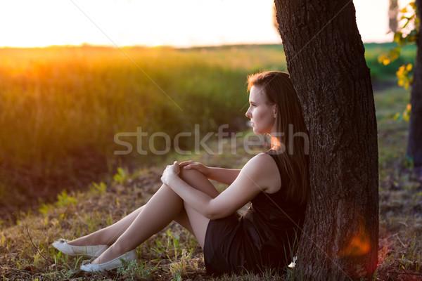 Schönen entspannt Frau Sitzung Baum genießen Stock foto © Len44ik
