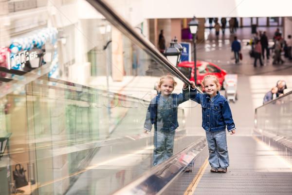 Cute weinig kind winkelen centrum permanente Stockfoto © Len44ik