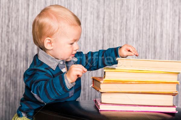 Aanbiddelijk baby jongen boeken nieuwsgierig Stockfoto © Len44ik