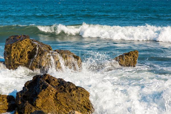 Mar grande ola salpicaduras piedras costa Foto stock © Len44ik