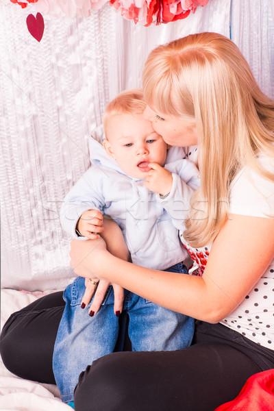 Gyönyörű boldog anya ölel gyermekágy hálószoba Stock fotó © Len44ik