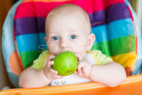 Godny podziwu baby jedzenie jabłko wysoki krzesło Zdjęcia stock © Len44ik