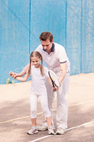 Instrutor ensino criança jogar tênis quadra de tênis Foto stock © Len44ik