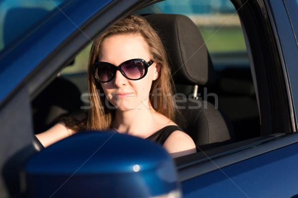 Belo empresária óculos de sol condução carro mulher Foto stock © Len44ik