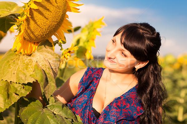 Jonge mooie vrouw zonnebloem veld boeket zonnebloemen Stockfoto © Len44ik