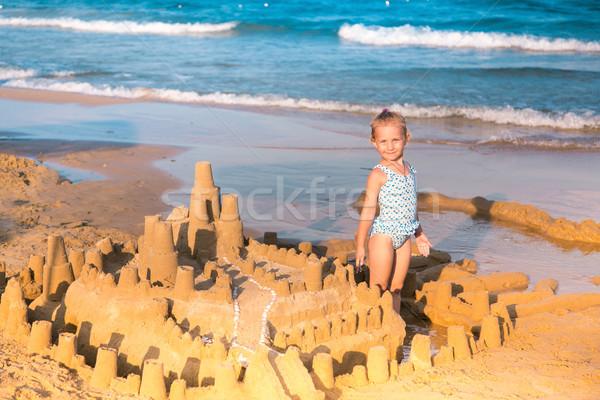 ストックフォト: 愛らしい · 女の子 · 演奏 · 建物 · 空 · 水