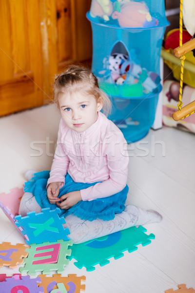 Sevimli küçük kız oynama bebek mutlu bilmece Stok fotoğraf © Len44ik