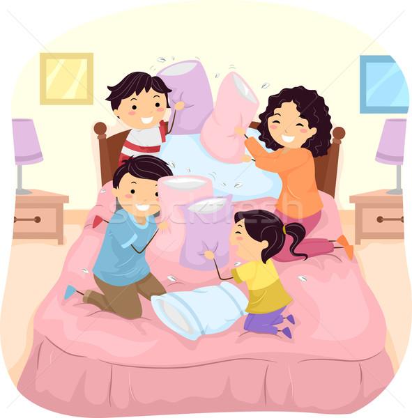 Aile yastık kavgası örnek yatak kadın parti Stok fotoğraf © lenm