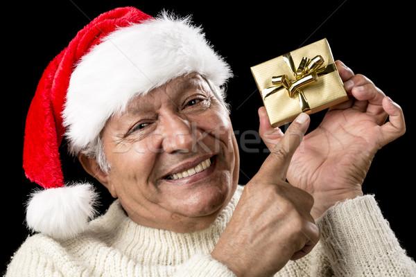 Mannelijke gepensioneerde wijzend gouden geschenk Stockfoto © leowolfert