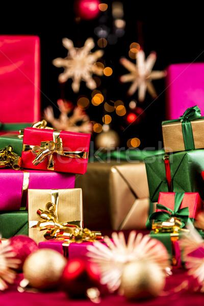 Kerstmis presenteert veel christmas geschenken omhoog Stockfoto © leowolfert