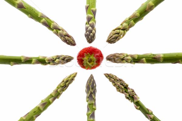 Acht asperges wijzend een aardbei groene Stockfoto © leowolfert
