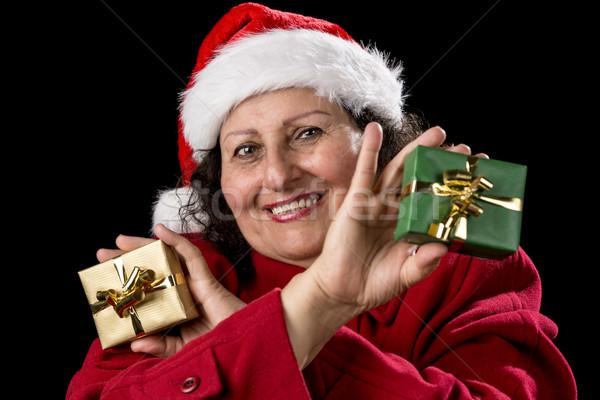 Glimlachend vrouwelijke senior tonen twee geschenken Stockfoto © leowolfert