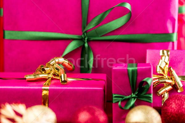 Négy karácsony ajándékok magenta karácsony ajándékok Stock fotó © leowolfert