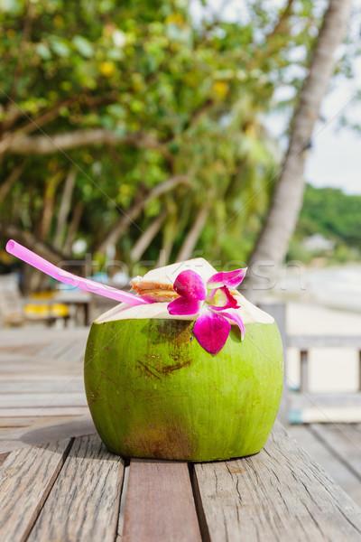 kokosnuss trinken resort strand blume tabelle stock foto leung cho pan. Black Bedroom Furniture Sets. Home Design Ideas