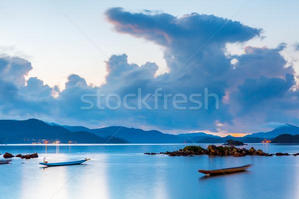 Zeegezicht zonsondergang landschap berg rock boot Stockfoto © leungchopan