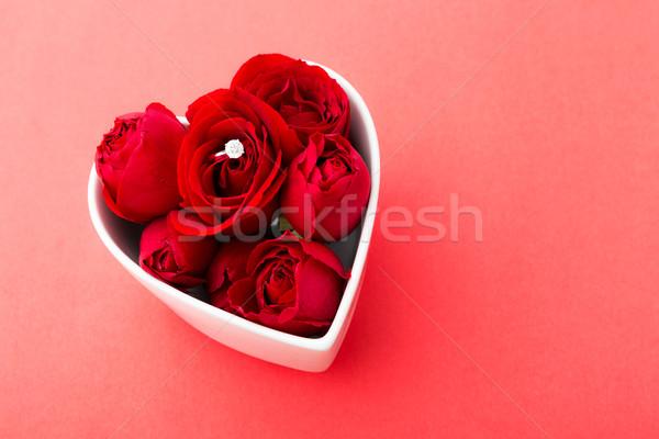 Rose Red bague en diamant à l'intérieur forme de coeur bol rouge Photo stock © leungchopan
