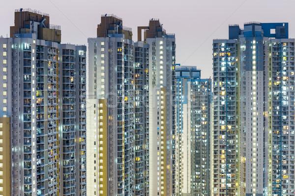 Public carcasa apartament Hong Kong perete noapte Imagine de stoc © leungchopan