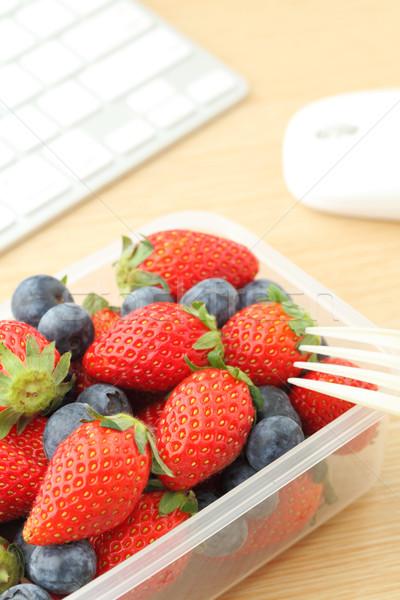 Saludable almuerzo de trabajo escritorio ordenador portátil Foto stock © leungchopan