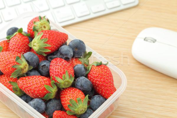 Сток-фото: ягодные · обед · окна · рабочих · столе