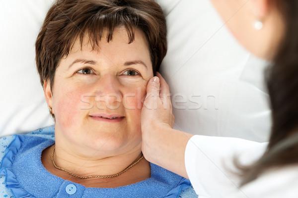 Mujer sonriente paciente cama mano médico médicos Foto stock © leventegyori