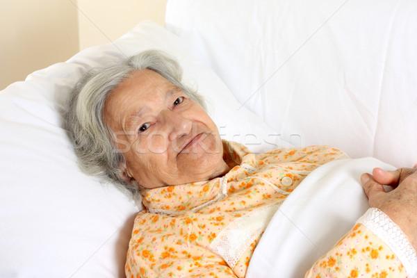 Senior mulher cama de hospital mulheres casa saúde Foto stock © leventegyori