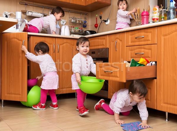 Kislány játszik konyha mosoly boldog csapat Stock fotó © leventegyori